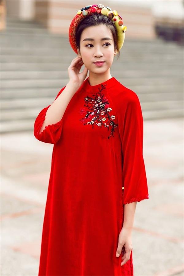 Là một trong những mỹ nhân đầu tiên theo đuổi trào lưu mặc áo dài ngày Tết, Hoa hậu Đỗ Mỹ Linh khiến người xem mê mẩn với thiết kế phom rộng, màu đỏ rực rỡ trên nền chất liệu nhung hợp xu hướng. Mẫu thiết kế nhanh chóng nhận được sự yêu thích của phái đẹp, giới mộ điệu thời trang.