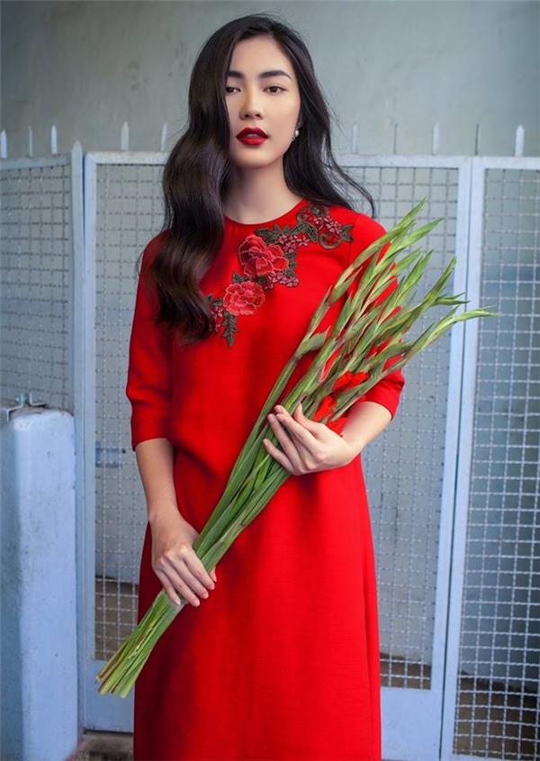Helly Tống cuốn hút mọi ánh nhìn với vẻ đẹp mộc mạc, chân phương trong tà áo dài đỏ kết hợp họa tiết hoa hồng được thêu tay sắc sảo.