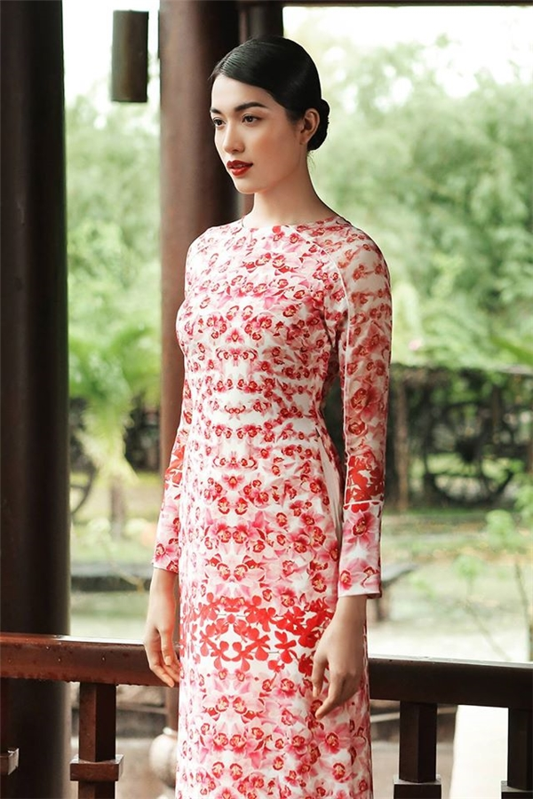 Sắc đỏ trở nên mới mẻ hơn khi được phối trên nền trắng với loạt họa tiết hoa đan lồng vào nhau. Lệ Hằng mang đến một gợi ý tuyệt vời cho các cô gái trong mùa Tết 2017 này với phom dáng đơn giản ôm sát, khoe đường cong cơ thể.