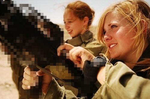 Những nữ binh sĩ dù hằng ngày phải rèn luyện trên thao thường lấm lem bụi đất vẫn rất xinh đẹp.