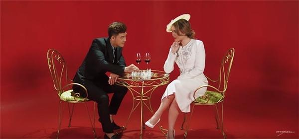 """Nội dung MV """"Anh thì không"""" tạo hình Mỹ Tâm như một nữ hoàng độc thân muốn gì được nấy, sống trong một cung điện dát vàng. Xung quanh nàng luôn có nhiều người theo đuổi, nàng hẹn hò với nhiều người đàn ông tính cách khác nhau và dâng cho nàng nhiều của cải vật chất nhưng tất cả đều có một khiếm khuyết nào đó không làm nàng hạnh phúc trọn vẹn. - Tin sao Viet - Tin tuc sao Viet - Scandal sao Viet - Tin tuc cua Sao - Tin cua Sao"""