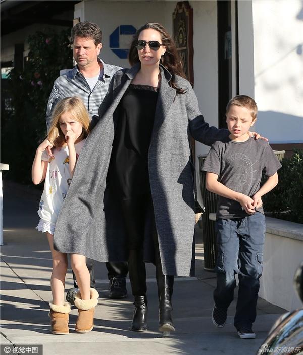 Angelina xuất hiện xinh đẹp rạng rỡ mặc tin đồn Brad có tình mới