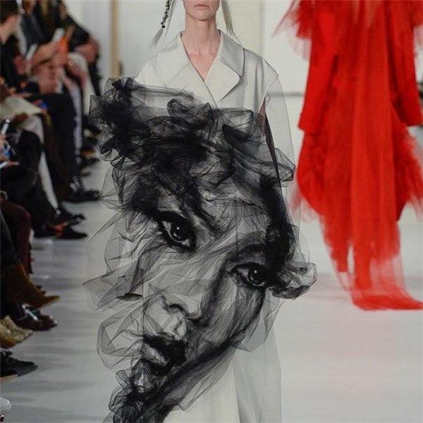 Từng đường gấp nếp vô cùng tinh tế tạo nên mảng họa tiết chân thực như mặt người hay làm gợi nhớ đến những bức tranh khắc họa chân dung bằng chì than. Nhiều người còn không thể tin rằng trước mắt mình chỉ là vải vóc, kim chỉ tạo thành.