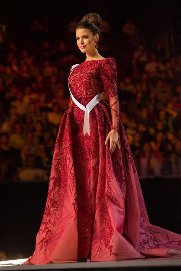 Bộ váy đẹp nhất trong đêm bán kết thuộc về Hoa hậu Ukraine, là thiết kế của thương hiệu Zuhair Murad. Với phom xòe, chất liệu mỏng manh kết hợp chi tiết đính kết kì công, bắt sáng rất tốt trên sân khấu lớn.