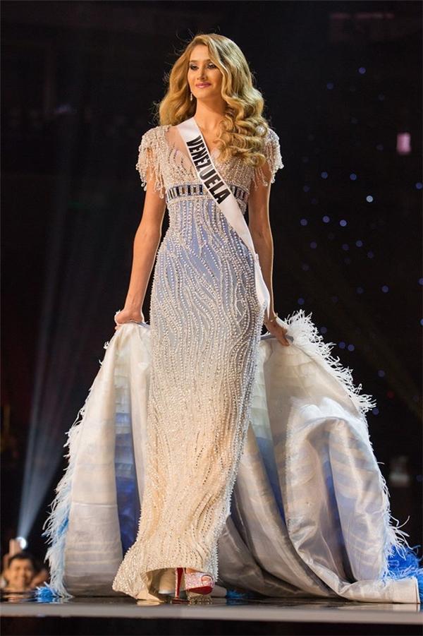 Top 3 bộ váy đẹp nhất theo danh sách của nhà thiết kế Nick Verreos còn có sự góp mặt của Hoa hậu Venezuela Marriam Habach. Thiết kế được đánh giá cao bởi sự độc đáo, giúp Mariam phô diễn tối đa kĩ thuật trình diễn.