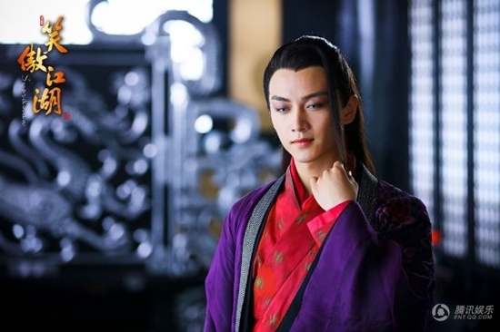 Với cách trang điểm đậm, trang phục sặc sỡ đã tôn lên nét đẹp tuấn tú củaLâm Bình Chi - Trần Hiểu.
