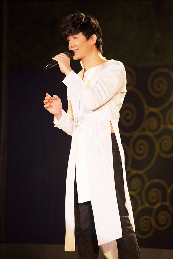 Nathan Lee diện áo dài trắng tinh khôi ngày đầu nămvới quan niệm mọi thứ điều tinh khiết. - Tin sao Viet - Tin tuc sao Viet - Scandal sao Viet - Tin tuc cua Sao - Tin cua Sao