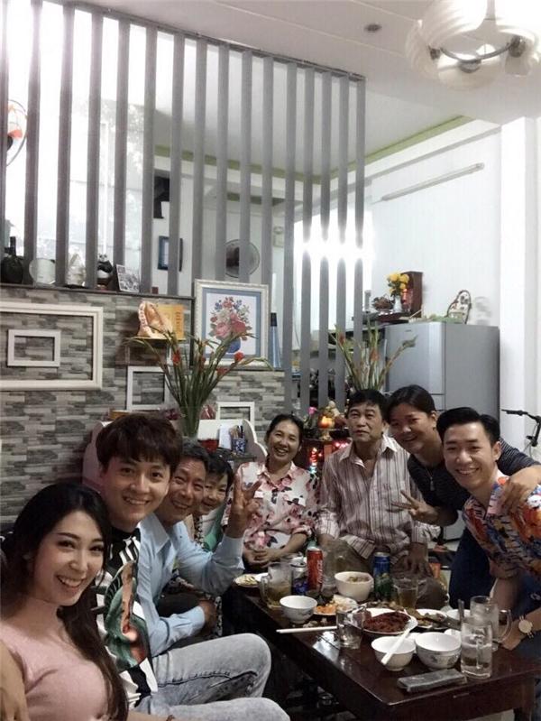 """""""Chàng Bắp"""" cũng đưa Khổng Tú Quỳnh về chúc Tết bố mẹ và các anh chị em trong nhà. - Tin sao Viet - Tin tuc sao Viet - Scandal sao Viet - Tin tuc cua Sao - Tin cua Sao"""