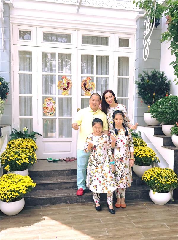 """Ba mẹ con cựu người mẫu Thúy Hạnh cùng diện áo dài """"tông xuyệt tông"""" mừng xuân mới. - Tin sao Viet - Tin tuc sao Viet - Scandal sao Viet - Tin tuc cua Sao - Tin cua Sao"""