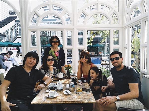 Nữ siêu mẫu đưa chồng Tây về Hà Nội ăn Tết cùng gia đình. - Tin sao Viet - Tin tuc sao Viet - Scandal sao Viet - Tin tuc cua Sao - Tin cua Sao