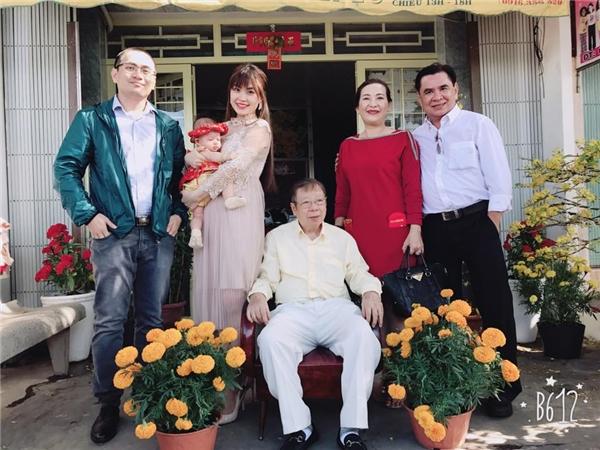 Á hậu Việt Nam 2014 đưa con gái từ Hà Nội về Vĩnh Long đón Tết cùng người thân. - Tin sao Viet - Tin tuc sao Viet - Scandal sao Viet - Tin tuc cua Sao - Tin cua Sao
