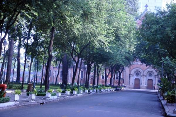 Khu vực quanh nhà thờ Đức Bà cũng vắng bóng người.(Ảnh: Internet)