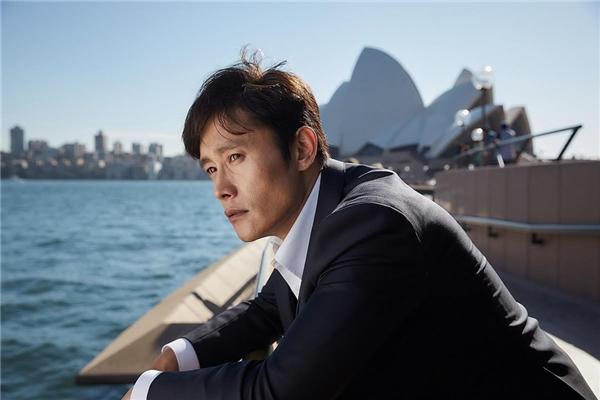 Lee Byung Hun vào vai một người đàn ông bị vướng scandal lớn tại Hàn Quốc và buộc phải rời khỏi quê hương.