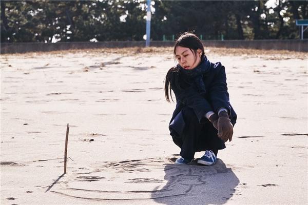 On the Beach Alone at Nightxoay quanh tâm tư một người phụ nữ đang ngoại tình do Kim Min Hee thể hiện.