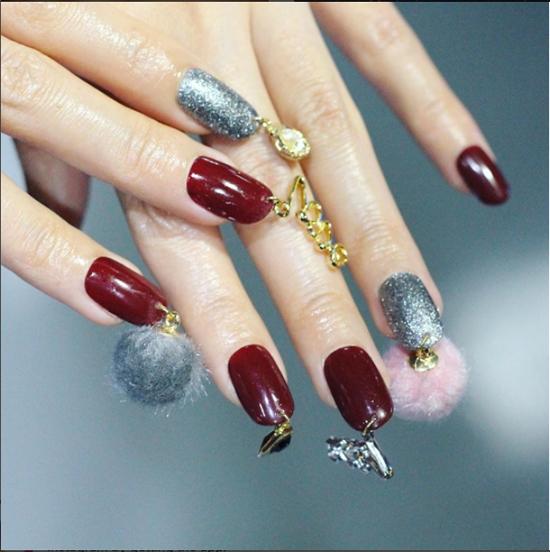 Nail bằng dây kim loại có thể kết hợp với nhiều màu sơn, từ bóng nhũ đến kim tuyến,...