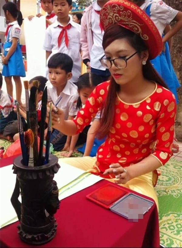 Cô gái trẻ miệt mài bên bộ môn nghệ thuật truyền thống.