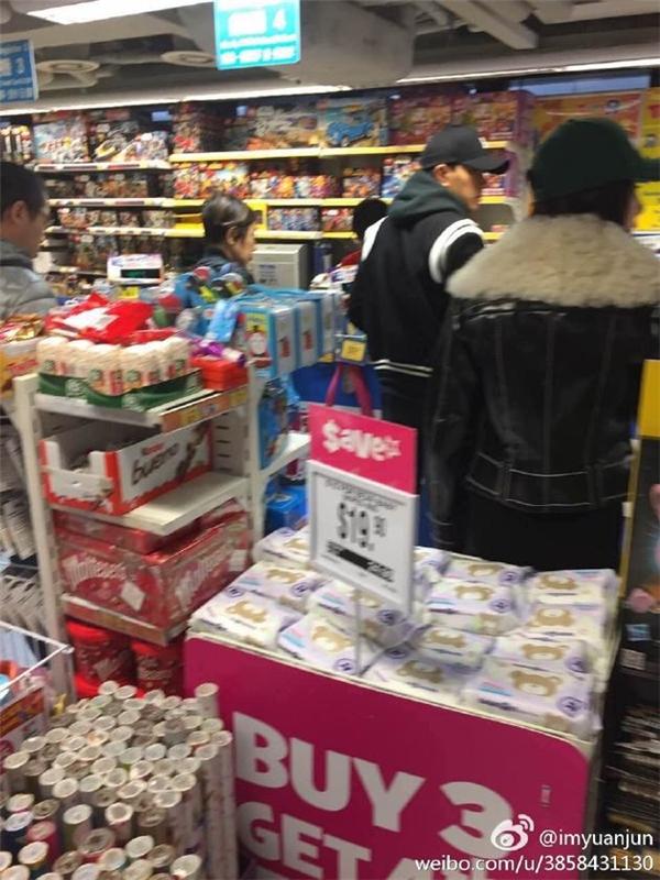 Lưu Khải Uy mặc áo khoác đen có mũ, đi cùng bà xã Dương Mịch mặc áo lông, đội mũ che kín nửa gương mặt trong siêu thị.