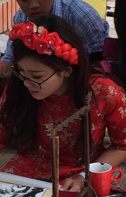 Cư dân mạng đổ xô đi tìm danh tính cô đồ xinh đẹp dịp Tết Đinh Dậu