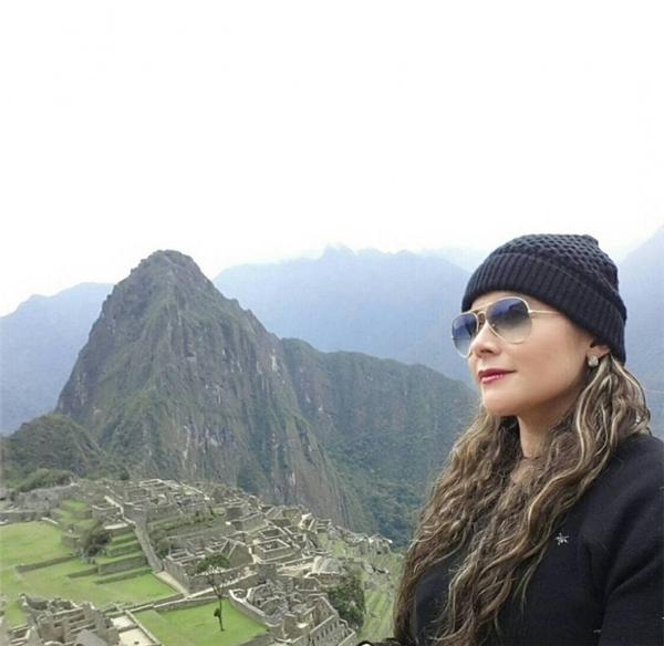 """Đây chính là Machu Peru lịch sử mà ai ai cũng muốn được một lần đến chiêm ngưỡng và ngồi tạo dáng chụp ảnh kỷ niệm như cô gái cá tính trên, chứ không như cái cô ở dưới chỉ khiến mọi người muốn hét lên: """"Cô kia! Chủ thể chính của ảnh là Machu Picchu, không phải cô đâu! Bớt ảo tưởng đi!"""""""