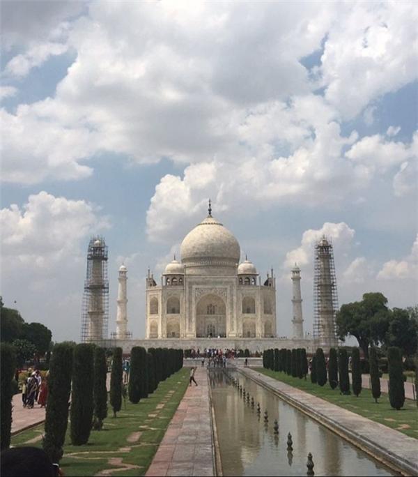 Đền Taj Mahal nhìn từ chính diện với các màu sắc được phối với nhau vô cùng độc đáo, hút mắt; trong khi Taj Mahal nghiệp dư thì không những bị chụp méo mà còn mờ toẹt nữa chứ.