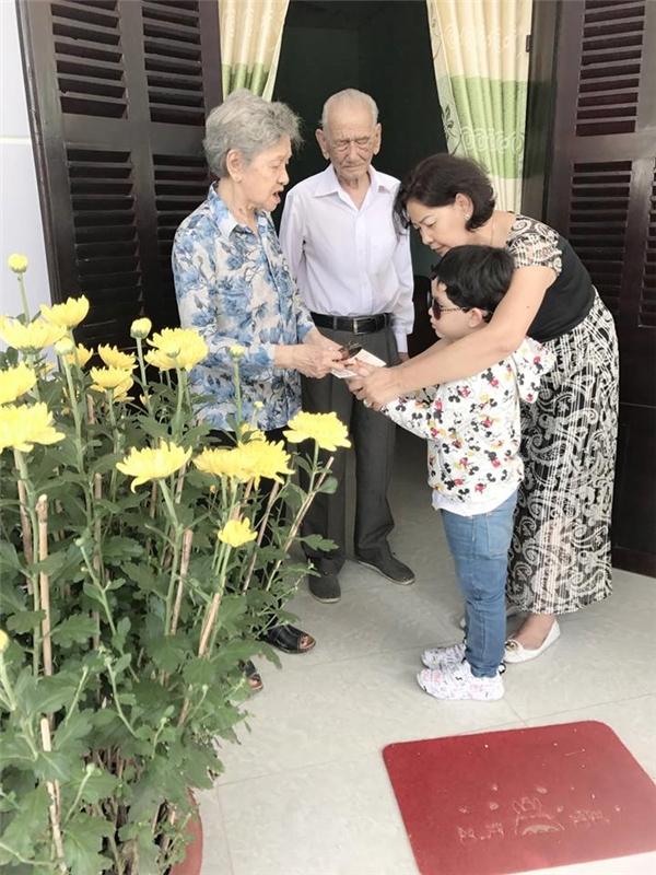 Con trai Sushi được bà ngoạihướng dẫn chúc Tết ông bàvà cậu bé thích thú khi cầm trên tay phong baolì xì đỏ thắm. - Tin sao Viet - Tin tuc sao Viet - Scandal sao Viet - Tin tuc cua Sao - Tin cua Sao