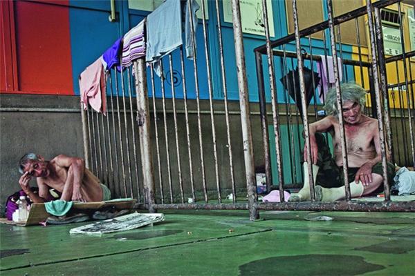 Cuộc sống tăm tối của những người chạy trốn khỏi cuộc sống của chính mình tại những khu ổ chuột ở Nhật Bản.