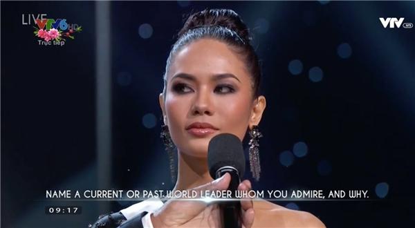 """Hoa hậu Thái Lan Chalita được hỏi về tên một người làm chính trị mà cô yêu mến, vì sao. Cô cho biết đó là đức vua của Thái Lan vì ông đã làm việc không ngừng nghỉ vì quốc gia của cô: """"Ông ấy như một người cha chung của chúng tôi""""."""