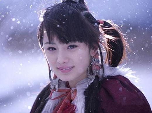 """Quách Tương là một trong những vai diễn nổi bật nhất của mỹ nhân Dương Mịch. Cô đã thể hiện thành công một cô nương hồn nhiên với nụ cười trong sáng, toả ra """"ánh ban mai"""" của bộ phim Thần điêu đại hiệp."""