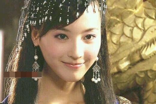Trong Lục Tiểu Phụng truyền kỳ, nàng Phi Yến do Ngô Giai Ni thủ vai cuốn hút người xem với nụ cười mỉm xinh đẹp của mình.