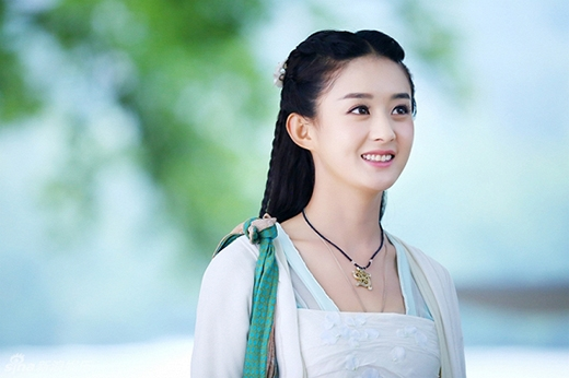 Triệu Lệ Dĩnh chinh phục khán giả với gương mặt bầu bĩnh, đáng yêu, đôi mắt to tròn, trong sáng cùng nụ cười xinh đẹpkhông thể lẫn vào đâu được trong phim Hoa Thiên Cốt.