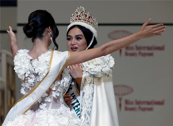 Ngay thời khắc đăng quang, khán giả không mấy đồng tình với kết quả bởi Kylie Verzosa có nhan sắc kém xa người tiền nhiệm đến từ Venezuela nhưng có thể cô được đánh giá cao ở phần hùng biện.