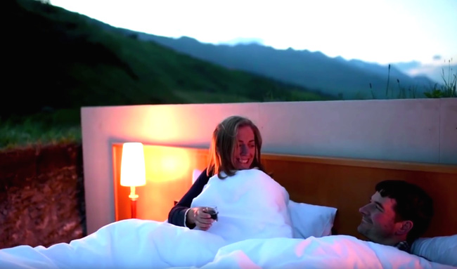 """Đúng với tiêu chuẩn """"ngàn sao"""", du khách có thể ngắm được bầu trời đầy sao dễ dàng vào ban đêm trên chính chiếc giường của mình vì căn phòng không hề có tường bao bọc hay trần nhà, tất cả những gì tìm thấy được chỉ có 2 chiếc ghế, 1 chiếc giường và 2 chiếc đèn ngủ."""