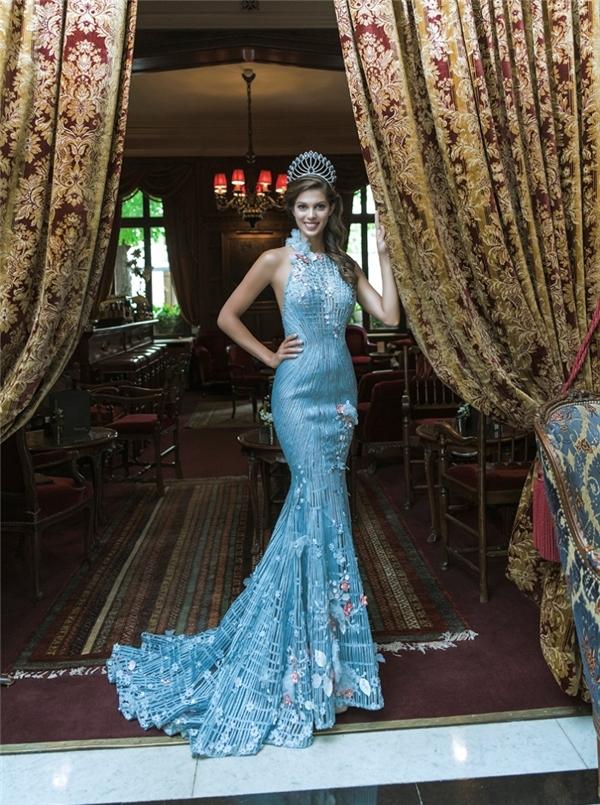 Hoa hậu Hoàn vũ 2016 diện bộ váy của NTK người Việt lúc đăng quang