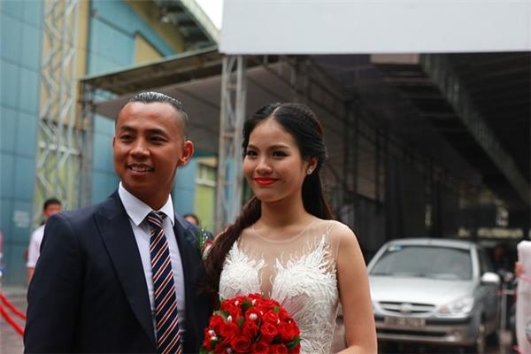 Chí Anh và bà xã tổ chức đám cưới hôm 10/9/2016 ở Hà Nội. Lúc lên xe hoa, vợ của Chí Anh mới tròn 18 và kém ông xã 20 tuổi, khi đó cô cũng vừa tốt nghiệp THPT. - Tin sao Viet - Tin tuc sao Viet - Scandal sao Viet - Tin tuc cua Sao - Tin cua Sao