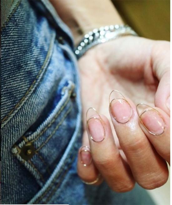 Nail kim loại là phát minh khá hay ho dành cho các nàng có thói quen xấucắn móng tay.