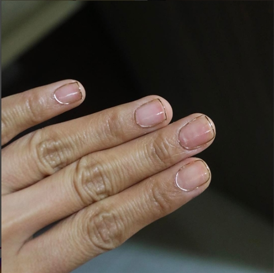 """Xu hướng mới: Móng tay kim loại dành cho các """"thánh cắn móng tay"""""""