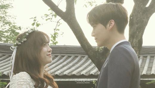 """Ngày 21/5/2016 đánh dấu việc """"nàng Cỏ"""" Goo Hye Sun lên xe hoa cùng nam nghệ sĩ kém tuổi Ahn Jae Hyun. Chuyện tình của họ tốn biết bao nhiêu giấy mực và bị ném đá cho đến khi cả hai làm đám cưới. Từ việc bị dân tình ghét bỏ, Goo Hye Sun - Ahn Jae Hyun trở thành một trong những cặp đôi được yêu thích và mến mộ nhất làng giải trí."""