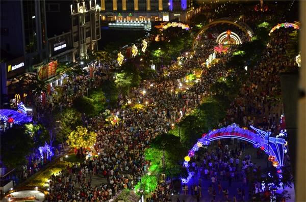 Đường hoa Nguyễn Huệ sẽ dời ngày bế mạc vào đêm mùng 5 Tết. (Ảnh: Dantri)