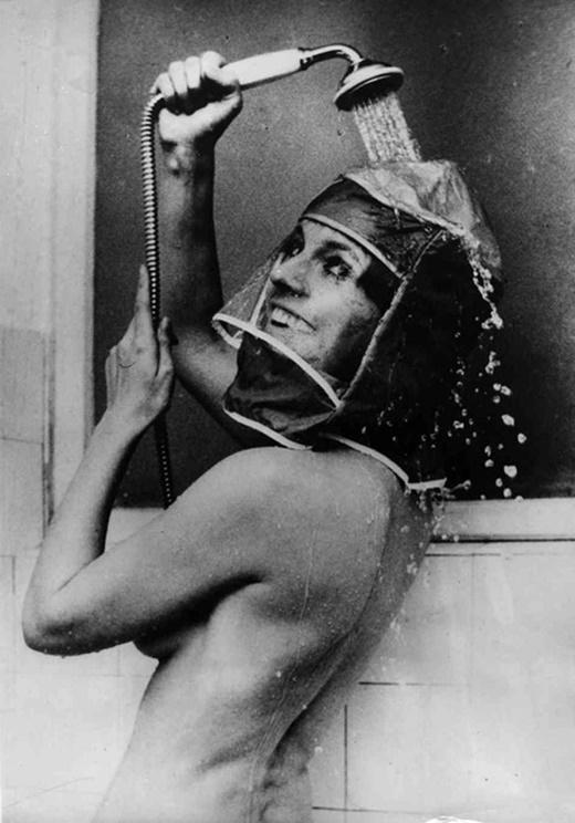 Một phát minh dành cho những quý bà, quý cô có mái tóc dài và không muốn nó ướt sũng sau khi tắm.