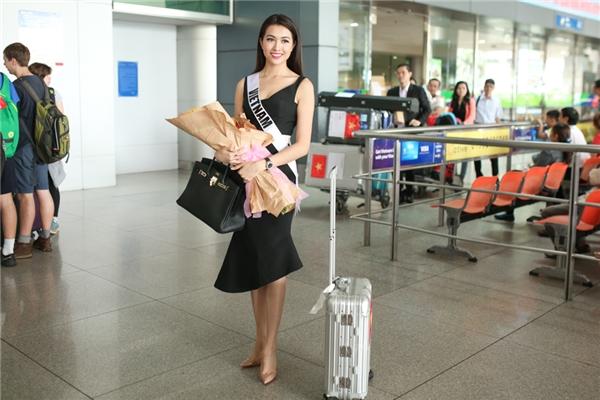 Tại sân bay, bắt gặp ống kính máy ảnh, Lệ Hằng lập tức cười tươi và tạo dáng vui vẻ. Cô diện chiếc váy đen đơn giản, kết hợp cùng kiểu tóc xõa suông mang đến vẻ ngoài thanh lịch.