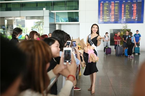 Ở cổng ra, rất nhiều người hâm mộ có mặt từ sớm và chờ đợi sự xuất hiện của Lệ Hằng.