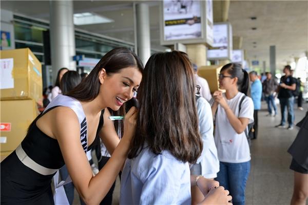 Khán giả mang băng rôn mừng Lệ Hằng về nước từ Miss Universe