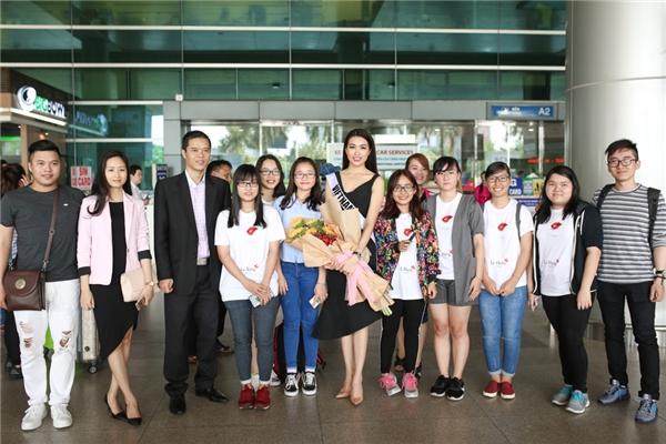 Đồng thời, đón Lệ Hằng còn có sự xuất hiện đại diện đơn vị năm bản quyền của Hoa hậu Hoàn vũ tại Việt Nam - ông Trần Ngọc Nhật(vest đen).