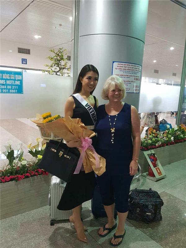 Lệ Hằng chụp ảnh lưu niệm với một số hành khách quốc tế.