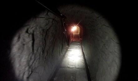 Đường hầm rất nhỏ nên phải dùng robot gắn camera để đưa vào quan sát.