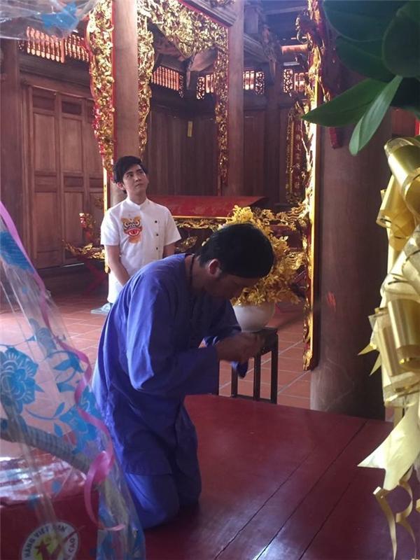 Đền thờ Tổ của anh Bốn mở cửa suốt 3 ngày Tết để nghệ sĩ và khán giả khắp nơi đến viếng thăm. Trước đó, những người trông coi đền thờ đã đóng cửa hơn 10 ngày để chuẩn bị trang trí đón Tết. - Tin sao Viet - Tin tuc sao Viet - Scandal sao Viet - Tin tuc cua Sao - Tin cua Sao