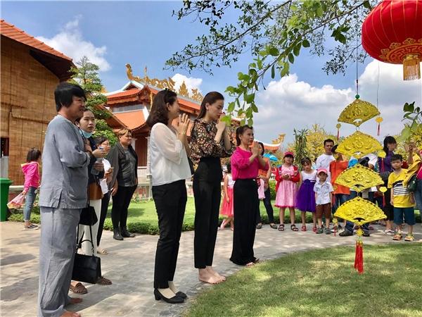Sao Việt nô nức đi viếng nhà thờ Tổ của Hoài Linh dịp đầu năm - Tin sao Viet - Tin tuc sao Viet - Scandal sao Viet - Tin tuc cua Sao - Tin cua Sao