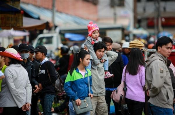 Du khách đi chợ Đà Lạt mua sắm. (Ảnh: Internet)
