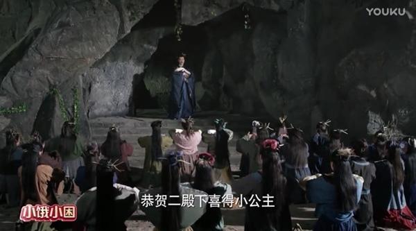 """Bối cảnh của Thanh Khâu còn """"khó đỡ"""" hơn khi tổ hợp của vách đá bằng xốp, phông xanh ảo diệu, trang phục của diễn viên quần chúng lem nhem."""