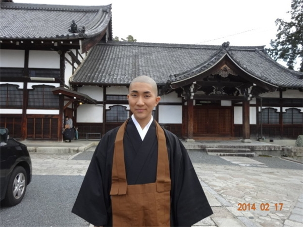 Kodo Nishimuralà một nhà sư trẻ đồng thời cũng là chuyên viên trang điểm.